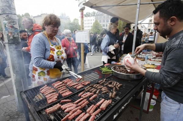 歐洲豬肉產品如香腸、火腿,恐傳染E型肝炎,南韓政府決定暫停銷售。(路透)