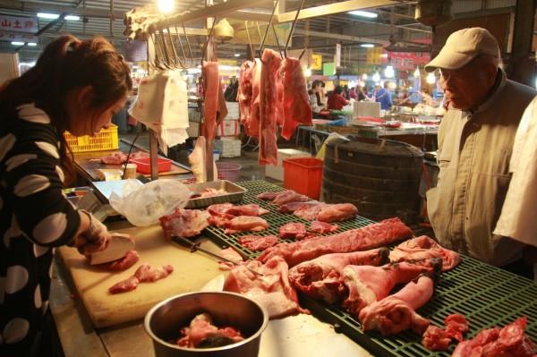 食藥署提醒消費者,豬肉生食料理應煮熟再食用,以防感染E肝病毒。(資料照,記者陳冠備攝)