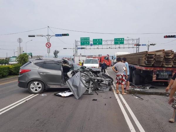 26日下午台中龍井區向上路八段發生休旅車撞大型聯結車的意外。(圖擷取自爆料公社臉書社團)