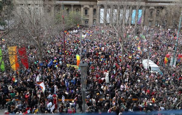 澳洲墨爾本26日有2萬多人上街頭力挺同志婚姻合法化。(歐新社)