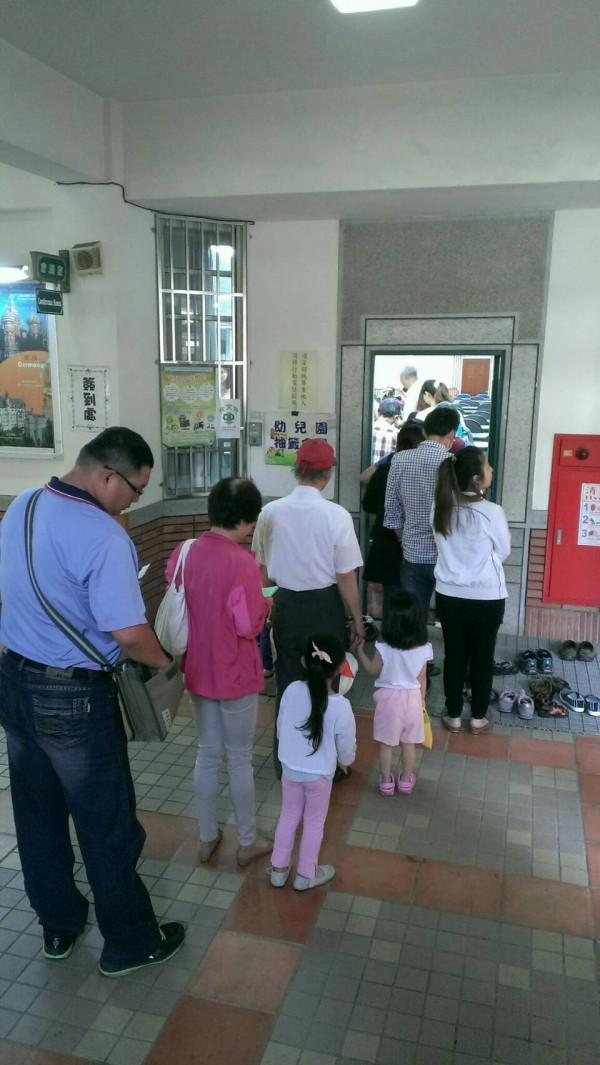 台南市教師團體認為,南市公幼每年排隊抽籤,不可能有公幼教師超額問題。(台南市教師產業工會提供)