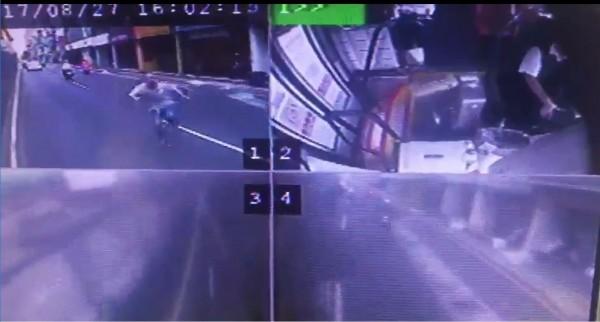 吳姓男子(左上)衝向行駛內側車道的920公車,目前仍在救治,警方仍待吳男傷勢穩定,釐清為何衝向公車。(記者吳仁捷翻攝)