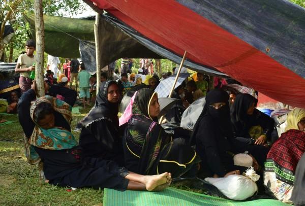 教宗向聖伯多祿廣場上的信眾表示,聽聞關於「我們的羅興亞弟兄」遭到迫害的悲痛消息,要求信眾一起祈禱上帝拯救羅興亞人,讓他們獲得協助。圖為逃離羅興亞難民在孟加拉國邊界Ukhiya附近的臨時避難所休息。(法新社資料照)