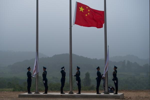 中國今審《國歌法》二審草案,規定中國人民若在公共場合惡意修改國歌歌詞、侮辱國歌,將由公安機關處以警告或15日以下拘留。(法新社)