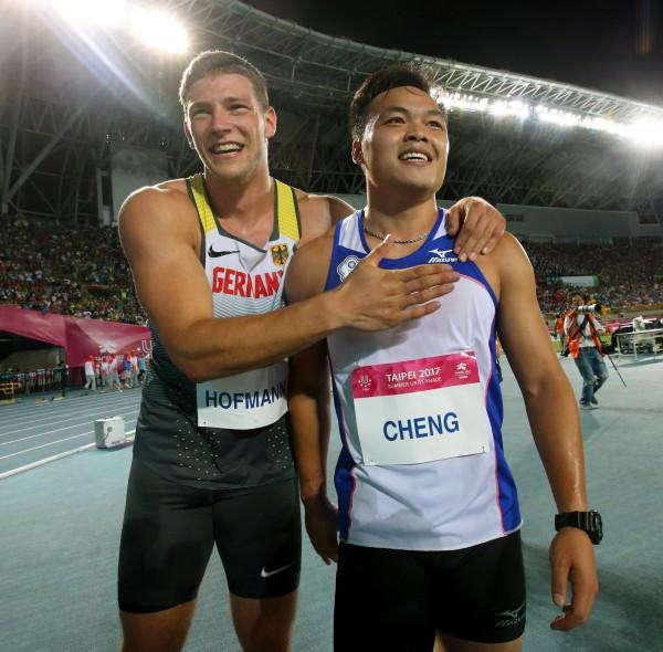 鄭兆村(右)與霍夫曼,英雄惜英雄,德國在台協會臉書讚:「展現出德台選手的情誼與運動家精神!」(資料照,記者林正堃攝)