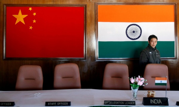 印度二十八日宣布,與中國協商後同意結束雙方在印、中、不丹三國交界處的狹長高原「洞朗」(印方稱「都克蘭」)長達兩個多月的對峙,雙方已開始撤離軍事人員。(路透)