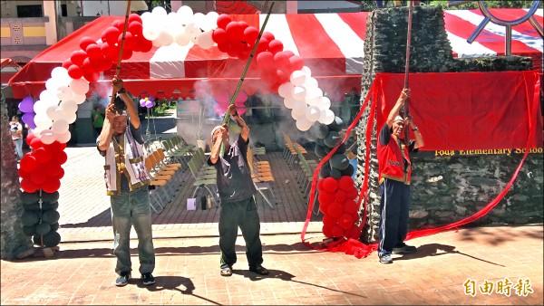 都達村勇士獵人鳴槍慶祝都達國小更名成功。(記者佟振國攝)