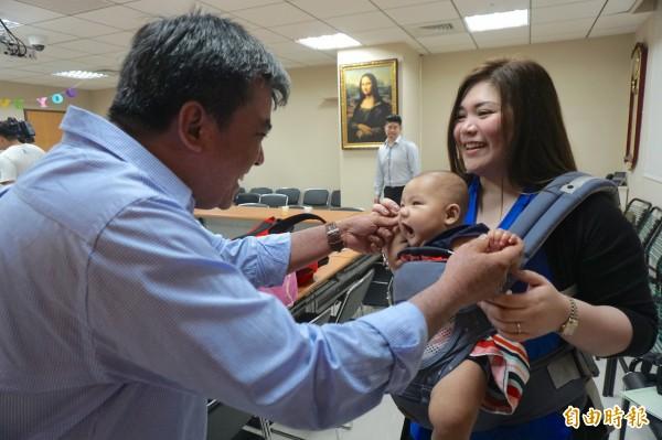 菲國明星議員媚比琳來台進行不孕治療一圓求子夢,開時與丈夫帶6個月大女兒回台感謝。(記者蔡淑媛攝)