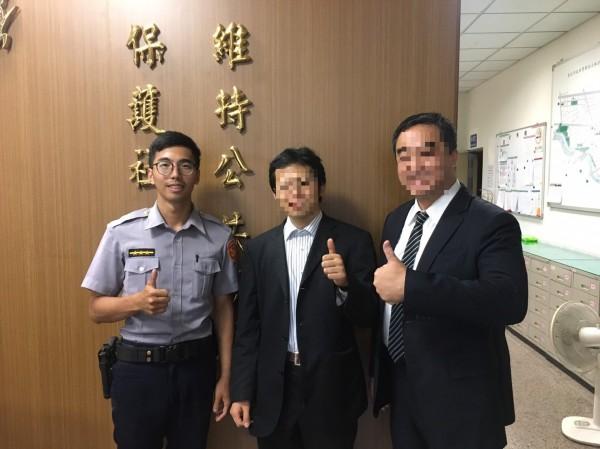 台北市警局士林分局蘭雅派出所警員陳俞均費了九牛二虎之力,幫日籍心臟科權威清水醫生(中),找回掉在計程車內的護照。(記者陳恩惠翻攝)