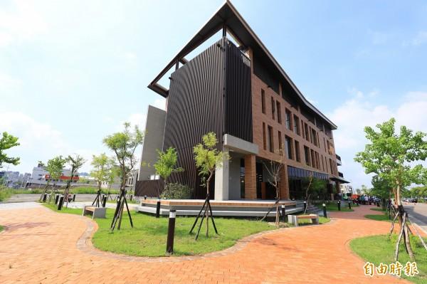 台中市西屯區的溪西圖書館將在明年中啟用,外觀就像一本展開的書。(記者蘇金鳳攝)