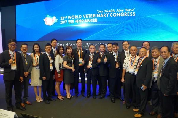 台灣獸醫師江世明(左八)週一在韓國仁川松島會議中心正式接任世界獸醫師會(WVA)會長,防檢局局長黃㯖昌(左九)也親臨現場祝賀。(圖由《派特88》寵物資訊網提供)