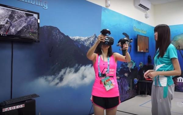 最讓Samery Moras感到驚艷的就是在遊戲室中,意外發現有虛擬VR體驗室,期間她體驗虛擬爬山遊戲,讓他覺得這個地方實在是太酷。(圖擷取自YouTube)