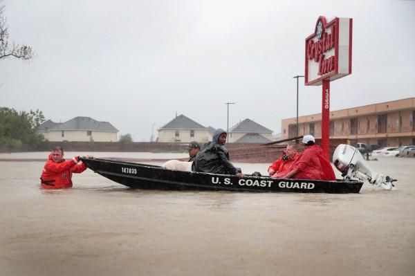 哈維颶風明天恐再次登陸,警消積極救援當中。(法新社)