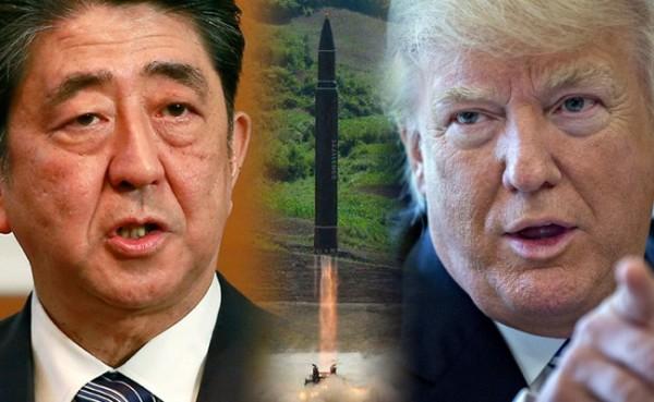日本首相安倍晉三針對北韓今晨發射飛彈經過日本北海道上空的緊急事件,立即和美國川普總統電話會談,川普再度表示「美國100%站在日本的一邊」,雙方也同時再確認「有必要加強對北韓的壓力」。(本報合成,美聯社、彭博)