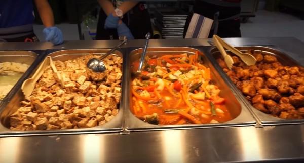 Samery Moras表示,選手村餐廳有超棒的食物讓大家吃。(圖擷取自YouTube)