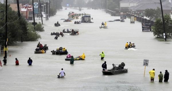颶風哈維(Harvey)挾帶豪雨強襲美國德州,全美第4大城休士頓遭遇嚴重洪患。(美聯社)
