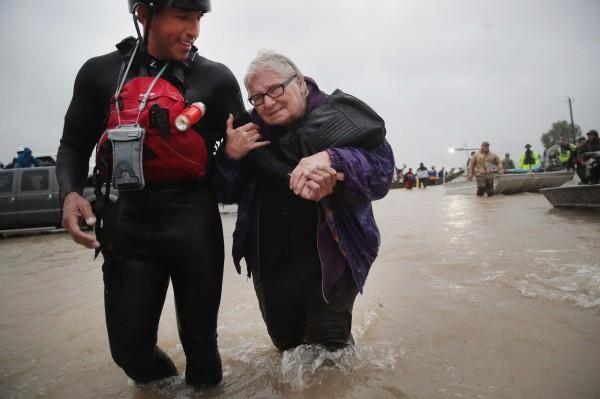 目前德州共有至少10死、30傷,受災人數達680萬人,仍有45萬人等待救援。(法新社)