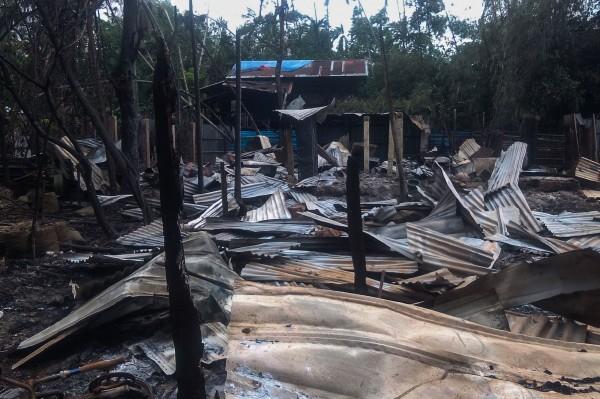 外媒指出若開邦首府茂鐸市(Maungdaw)有許多民宅被燒毀,政府軍也坦承開火。(法新社)