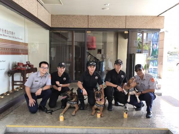 守護世大運維安,北市信義警分局特別設置警犬補給站,供偵爆犬享用美味健康的狗罐頭。(記者姚岳宏翻攝)