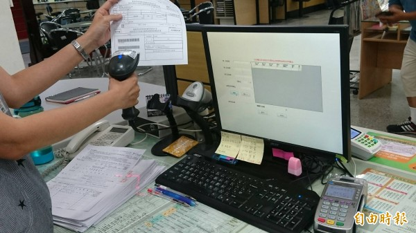 台南財政稅務局自行開發信用卡臨櫃繳稅服務,如同刷三段式條碼的信用卡交易。(記者洪瑞琴攝)