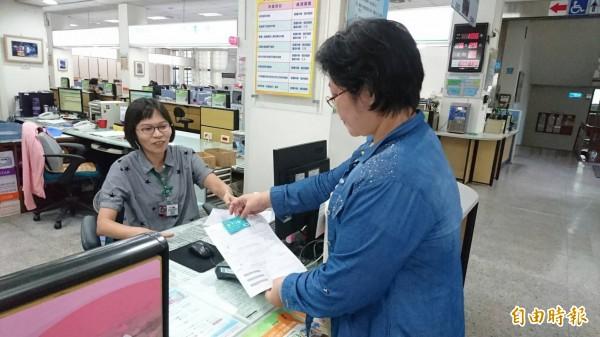 台南市財政稅務局自行開發信用卡臨櫃繳稅,方便補稅單或繳稅查詢後的民眾,現場繳稅。(記者洪瑞琴攝)