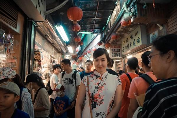 泰國知名部落客Ratto體驗穿旗袍逛九份老街。(觀光旅遊局提供)