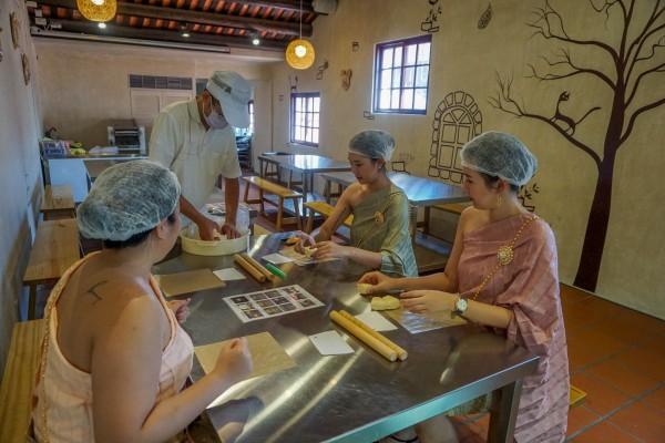 泰國知名部落客Ratto到三峽體驗金牛角製作。(觀光旅遊局提供)