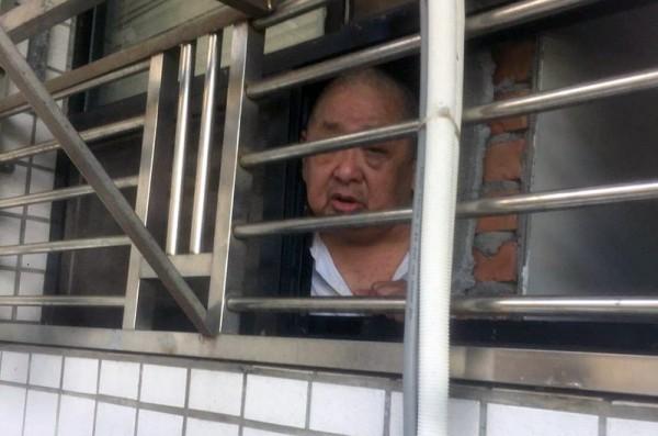 宜蘭市失能老人隔著廁所鐵窗向外求救。(民眾提供)