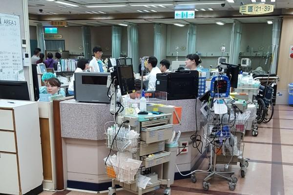 衛福部為確保醫病權益,昨天針對長庚醫院6院區,進行為期3天的「即時評鑑」,主要針對醫院人力進行稽查,預計9月中旬有結果。(記者周敏鴻攝)
