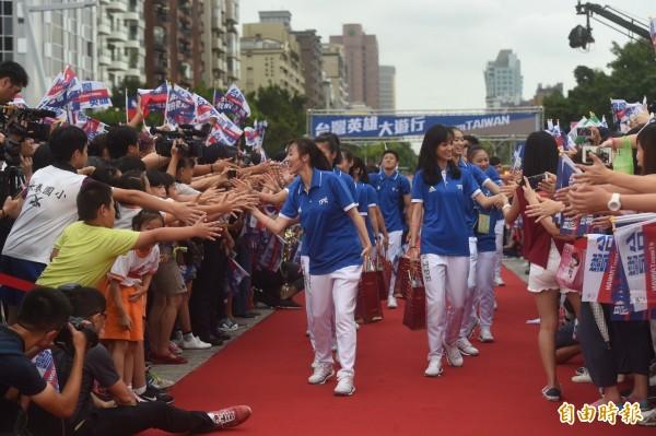 台北市政府前廣場擠滿人潮,迎接「台灣英雄」。(記者簡榮豐攝)