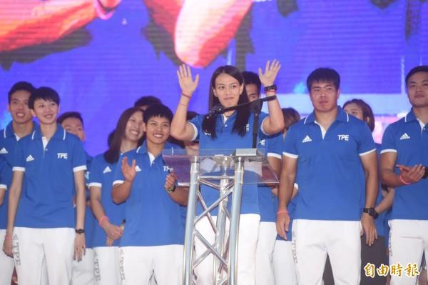 台北市政府前廣場擠滿人潮,迎接「台灣英雄」,舉重選手郭婞淳熱情與民眾打招呼。(記者簡榮豐攝)