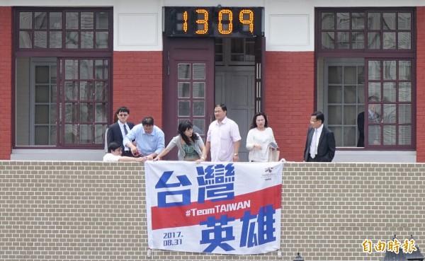 世大運圓滿落幕,立法院在國體法三讀通過後,在院長會客室外牆掛上「台灣英雄」布條,向世大運選手們致意。(記者劉信德攝)