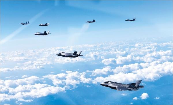 美軍陸戰隊的F-35B匿蹤戰機(靠鏡頭者)與南韓的F-15K戰機八月三十一日在南韓上空的聯合軍演中編隊飛行。(路透)
