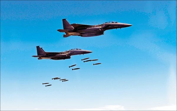 南韓的F-15K戰機在美韓聯合軍演中投彈。(美聯社)