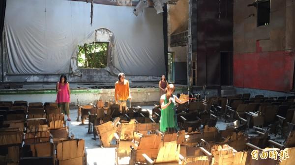 螺陽文教基金會去年在西螺戲院裡舉辦當代藝術季開幕,邀請表演者進入戲院表演。(記者黃淑莉攝)