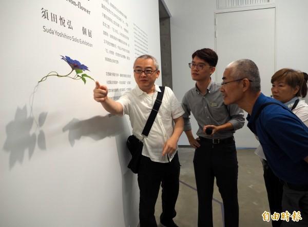 日本藝術家須田悅弘(左一)向台灣藝術家顧何忠(左三)介紹他的創作方法。(記者陳鳳麗攝)