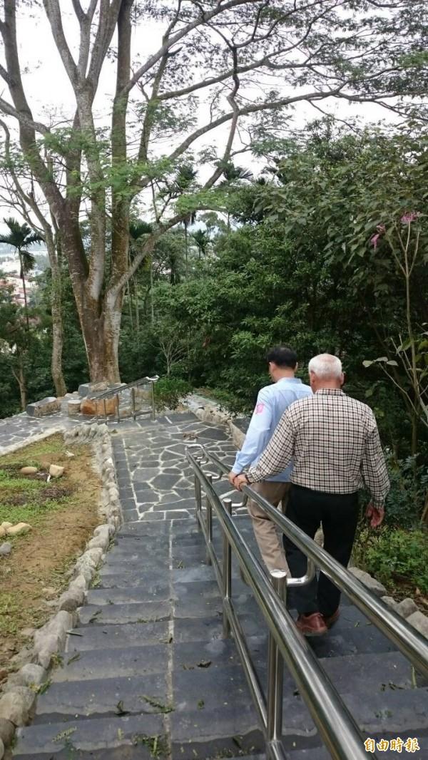 日常可見老人聚集在公園的景象,在日本教授眼裡卻很可貴。(資料圖 記者余雪蘭攝)