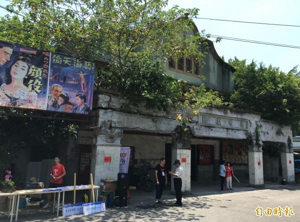 西螺戲院為雲林縣歷史建築,屋齡已有77年,地主委託房仲業者出售。(記者黃淑莉攝)