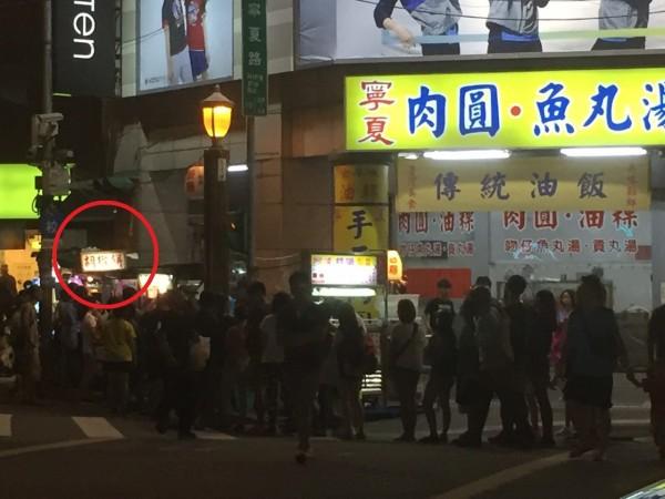台灣「羽球王子」王子維,家中開的胡椒餅店就在寧夏夜市,小攤前出現超狂的排隊人潮。(圖擷自PTT)