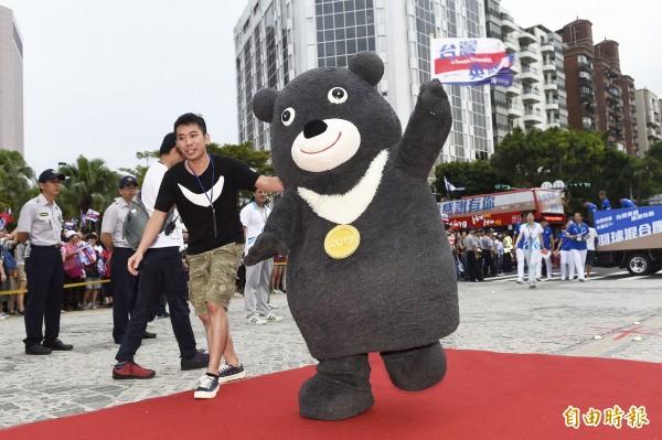 台北世大運吉祥物熊讚認真找工作,今日出門到就業服務站登記。(資料照,記者陳志曲攝)