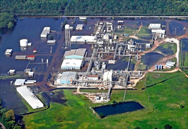 德州多家化工廠成為颶風侵襲後的隱憂,圖為阿科瑪有機過氧化物廠爆炸失火後的鳥瞰圖。(路透)