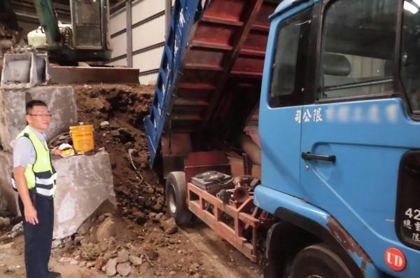 警方在貨櫃倉儲內發現大量堆放的土石(記者吳昇儒翻攝)