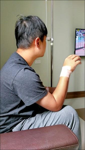 手術治療後,右手腕明顯消腫。(長安醫院提供)