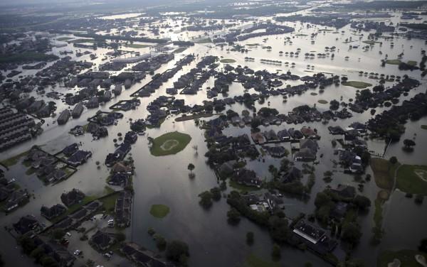 《華盛頓郵報》指出,美國遭受哈維颶風重創,獲得的援助卻不如以往。(美聯社)