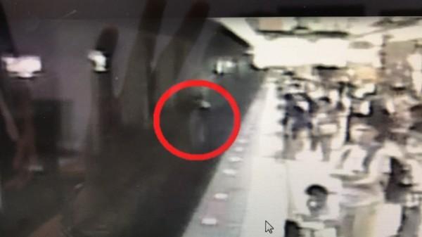 李姓男子掉落月台後被區間車撞及,送醫不治。(警方提供)