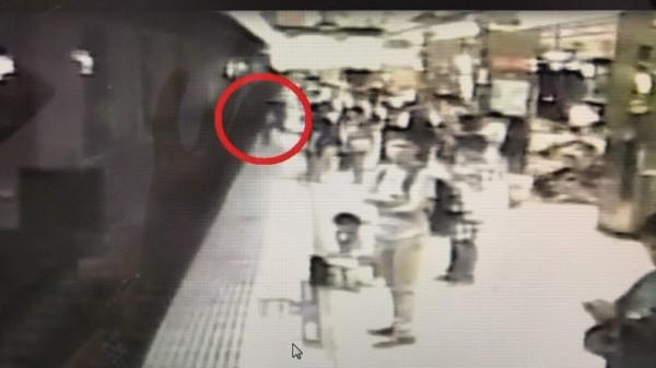台北車站今天晚間有一名旅客,從月台上一躍而下。(警方提供)