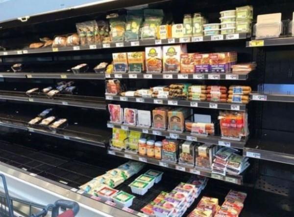 哈維颶風重災區的超市中,純素食品堆的老高沒人要買。(擷取自推特)