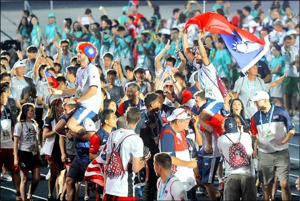 世大運閉幕式阿根廷代表團披我國國旗進場,遭國際大學運動總會警告。水球選手馬洛尼在臉書回應說:「不管他們怎麼說,但台灣愛我們。」(資料照)