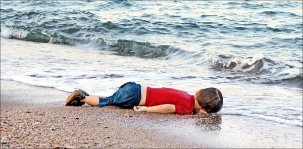 敘利亞三歲男童亞藍的伏屍照片二○一五年九月攻占全球各大媒體版面,震撼國際社會。(法新社)