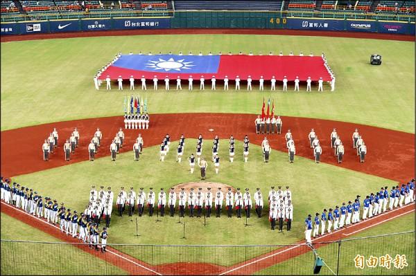 迎接九三軍人節,職棒球隊與國防部攜手合作,昨天在高雄澄清湖棒球場舉辦向英雄致敬活動。(記者張忠義攝)